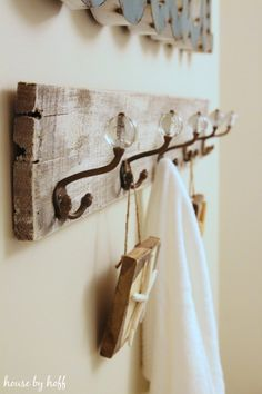 DIY Pallet Wood Towel Rack - perfect for a guest bathroom Pallet Crafts, Diy Pallet Projects, Home Projects, Wood Crafts, Pallet Ideas, Palette Deco, Wood Pallets, Pallet Wood, Old Wood