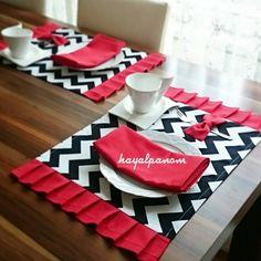 Selda Hanım'ın özel siparişi amerikan servis ve peçeteler. @seldanin_rengarenk_yuvasi beğenerek, güzel günlerde kullanmanız dileğiyle.. Bilgi ve sipariş için DM .  .  .  .  @dekorizyon @sunum_perisi  #dekor #dekorasyon #dekorasyonönerileri #amerikanservis #runner #peçete #sunum #zikzak #supla #kırmızı #siyah #beyaz #uyum #yemek #sofra #kitchen #homedecor #gardendecor #rednapkin #napkins #placemats #tablerunner #mutluluk #yummy #like #like4like #dekorizyon #sunum_perisi