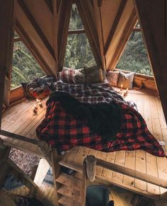 Rustic DIY cabin decorations that look spacious are the popular choice for many people. If you live in a small house, you can make your home look spacious by using rustic cabin decors. Cabin Design, House Design, Deco Cool, Diy Cabin, Rustic Home Interiors, Aesthetic Rooms, Cozy Room, Dream Rooms, My Dream Home