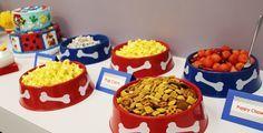 Utiliza platos de plástico para perros para poner la comida de tus invitados. Ideal para fiesta de Paw Patrol