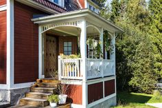 Entréveranda med snickarglädje! Small Front Porches, Decks And Porches, Porch Balusters, Porch Veranda, Villa, Swedish House, House With Porch, Garden Features, Bay Window