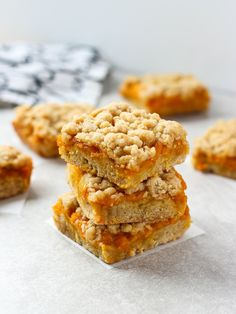 Mango Crumb Bars Fresh, sweet, juicy mangoes sandwiched between two layers of crumbly, buttery pastry. These Mango Crumb Bars are easy to make – the perfect dessert! Mango Desserts, Sweet Sticky Rice, Fudge, Dessert Aux Fruits, Homemade Burgers, Roasted Sweet Potatoes, Galette, Calories, Kitchens