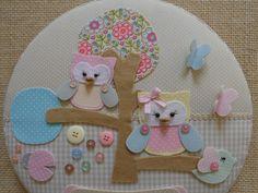 Este lindo quadro maternidade super gracioso confeccionado com técnica de cartonagem em tecido poá, xadrez, floral e feltro, nas cores: bege, rosa, amarelo, azul, verde, cinza e caramelo. Nome em transfer...este lindo jardim encantador acompanha borboletas....joaninha...pássaro...botões coloridos...