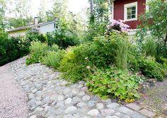 Tee itse rinteen kiveys | Meillä kotona Lake Landscaping, Sloped Garden, Brick Patios, Garden Cottage, Dream Garden, Flower Beds, Garden Planning, Garden Inspiration, Garden Ideas