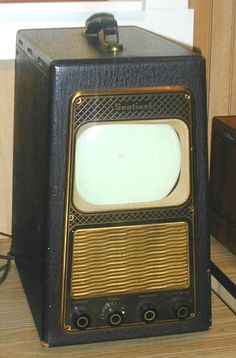 they really don't make TVs with style like they used to Vintage Television, Television Set, Vintage Videos, Vintage Tv, Radios, Tvs, Radio Record Player, Retro Furniture, Antique Furniture