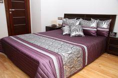 Fioletowa elegancka narzuta na łóżko z srebnym pasem we wzorki