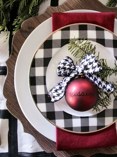 Oscar Bravo Home: 7 Gorgeous Holiday Tablescape Ideas Oscar Bravo Home: 7 Gorgeous Holiday Tablescape Ideas Christmas Plates, Plaid Christmas, Country Christmas, Winter Christmas, Christmas Home, Christmas Candles, Modern Christmas, Christmas Table Settings, Christmas Tablescapes