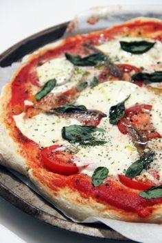 La pizza napolitaine est un classique de la cuisine italienne. Quand je me choisis une pizza, que ce soit au restaurant ou à la maison, j'ai tendance à choisir les plus remplies en fromage, en viande ou en charcuterie. Inutile donc de préciser que mon choix ne se porte jamais sur la pizza napolitaine, parfait…