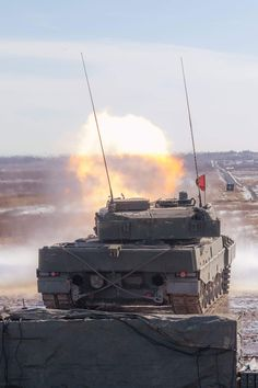 C squadron, The Royal Canadian Dragoons during the Leopard 2 crew and commander course in Gagetown, New Brunswick. Force Pictures, Canadian Army, Battle Tank, New Brunswick, Cold War, Armed Forces, Military Vehicles, Tanks, Armour