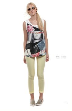 A stylish outfit with printed top and slim fit pants always exudes modern glamor!