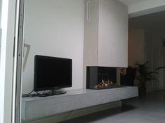 De inbouw gashaard Element4 Trisore 95 met aan drie kanten zicht op het vuur en voorzien van een betonnen haardplateau.