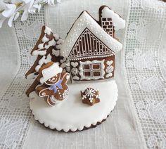Vánoční dekorace s chaloupkou Glazovaný perníček ručně zdobený bílkovou polevou. Cena je za 1 ks ve velikosti 13 x 14 cm,balený do celofánu. Tento výrobek je pouze dekorační. U tohoto perníčku preferuji osobní odběr.