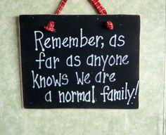 Gek familie, normaal, waanzin huis teken, familie geheimen, handgeschilderde