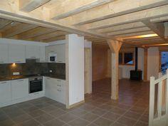 L'intérieur est fin prêt! C'est spacieux, confortable et typique avec les poutres en bois... J'aime ce côté moderne mélangé à l'authenticité, pas vous ?