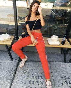 Who made Emily Ratajkowski's black bag, red pants and tan sneakers? Emily Ratajkowski Adidas, Emily Ratajkowski Outfits, Emily Ratajkowski Street Style, Model Street Style, Street Style Looks, Models Style, High Fashion Looks, Look Fashion, Fashion Styles
