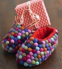 Üstleri yıpranmış olan ev ayakkabılarınızı keçe toplarla ilginçleştirbilirsiniz  =))