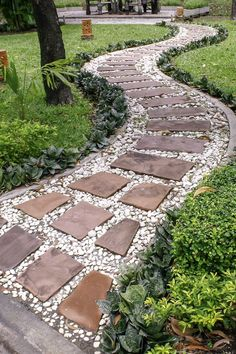These garden path ideas are awesome! I found some great inspiration for the new gravel walkway with stepping stones I want to install in my front yard. But there's also great ideas for brick, wooden, mulch, grass, stone and flagstone paths and walkways. Gravel Walkway, Flagstone Path, Gravel Garden, Garden Pests, Walkway Garden, Front Yard Walkway, Cobblestone Walkway, Front Path, Front Yards