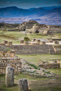 Monte Albán, Oaxaca. Alcanzó su máximo auge, siendo la ciudad -capital del imperio Zapoteca- más importante de la región, contando con cerca de 40 mil habitantes en los 20 km² cercanos al centro ceremonial.
