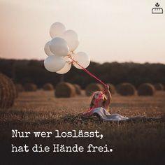 Seine Angst loslassen, auf sein Herz hören. Neue Gewohnheiten nehmen (Hand in Hand dann sind immer noch 2 Hände frei! Aber mit zwei Herzen und dieses 2 freue Hände können so viel mehr erreichen!) Vertraue mir es ist so schön und tut so gut einem Menschen zu Vertrauen. Das habe ich durch dich erfahren, danke dafür. Und es ist unfair, - mir nicht das Selbe zuzutrauen.  und WNur wer loslässt, hat die Hände frei... #Dankebitte #Sprüche #Gedanken #Weisheiten #Zitate