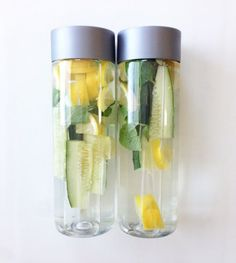 Detox Water: 2 lemons, of a cucumber, and mint leaves- leave overnight for a cleansing, tummy flattening drink! VOSS water bottles are great to do detox drinks in! Dietas Detox, Smoothie Detox, Body Detox, Liver Detox, Healthy Detox, Healthy Drinks, Healthy Snacks, Quick Detox, Vegan Detox