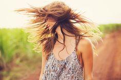 Deja que los besos te invadan, siente la pasión de los abrazos, llora, canta y baila, deja que la vida te despeine.