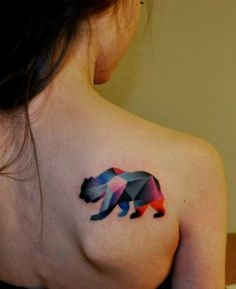 tatuaje abstracto de oso con figuras geométricas.