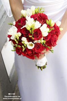 Biało-czerwony bukiet ślubny z frezji i róż