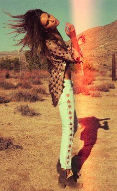 Des boots Sarah Chofakian pour un look Boho à la Erin Wasson Boho Chic, Bohemian Mode, Bohemian Style, Gypsy Style, Hippie Style, Desert Fashion, Look Fashion, Fashion Beauty, Gypsy Fashion