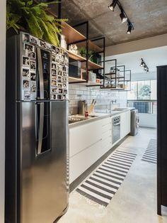 Cozinha corredor, com concreto aparente, madeira e moveis brancos. Galeria de CP MaxHaus / W4 Arquitetura Criativa - 18
