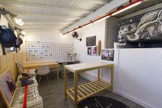 Decora Rosenbaum Temporada 2 - Bonés. Sala de bonés, caixa d'água grafitada, mesa de corte em pinus. Foto: Felipe Felco Valle