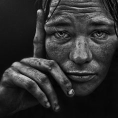 Lee Jeffries, a beautiful portrait of what appears to be a homeless person Lee Jeffries, Black And White Art Drawing, Black And White Portraits, Emotional Photography, Face Photography, Face Sketch, Unique Faces, Amazing Drawings, Photo Black