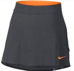 COMODIDAD ELÁSTICA DOS EN UNO La falda pantalón para mujer Nike Innovation Links 2.0 te ayuda a mantenerte cómoda y te proporciona libertad movimiento en el campo gracias a su tejido elástico Dri-FIT.