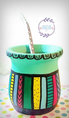 Mate pintado a mano decorativo lleno de colores Painted Clay Pots, Painted Flower Pots, Crafts To Sell, Diy And Crafts, Flower Pot Design, Pottery Painting Designs, Clay Pot Crafts, Sharpie Art, Posca