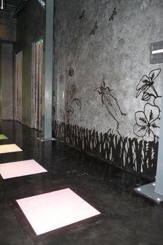 Pavimentazione con piastrelle rivestite in resina e parete realizzata in resina decorativa su cui è stato riprodotto un particolare soggetto direttamente da una stampa fotografica