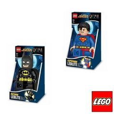 Deze LEGO zaklamp van Superman of Batman heeft 2 felle leds in de voeten. Het minifiguur van Batman of Superman kan staan of zitten op een vlakke ondergrond en kan ook in de hand vastgehouden worden.