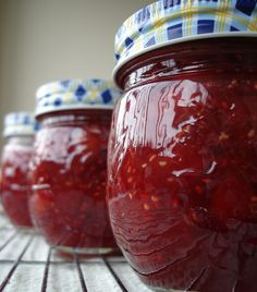 The Recipe Club: Raspberry Jam-SUPER EASY! (no pectin, replace sugar with honey? Rhubarb Jam Recipes, Fruit Recipes, Clean Recipes, Jelly Recipes, Homemade Raspberry Jam, Homemade Jelly, Rhubarb Marmalade, Pumpkin Butter, Jam And Jelly