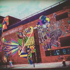 Las paredes en #brooklyn estallan en colores y diseños en la zona de #williamsburg el  nuevo reducto de las últimas tendencias del arte, la moda y la cultura de #newyork KINESIS GROUP te ofrece tener una producción de tu marca en esta increíble ciudad, contactanos q seguro tenemos una buena opción para ofrecerte! #productora #internacional #nuevayork #produccion #cine #foto #video #production #travel #streetart #mural #art #inspiration #nyc #location #photography #agosto2017 #fashion #moda…