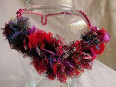 Collar inspirados en Madame de Pompadour, las combinaciones de colores son infinitas,  se pueden hacer a pedido.     Confeccionados artesanalmente, con telas de gasas traídas de India.  Pregunta por precios venta por mayor.