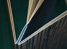 reliure 3 plis : la couverture est pliée (accordéon) au niveau du dos