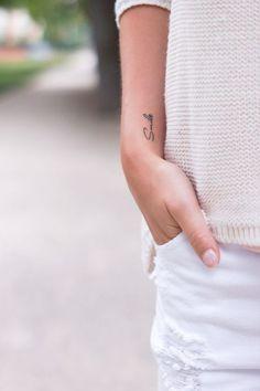 Smile Tattoo // Small Tattoo // Girl Tattoo This T. Smile Tattoo // Small Tattoo // Girl Tattoo This Tattoo was a present, I got it in March 🙂 Arm Tattoos Lettering, Word Tattoos, Mini Tattoos, Trendy Tattoos, Tattoo Fonts, Finger Tattoos, Sexy Tattoos, Tattoo Quotes, Tatoos