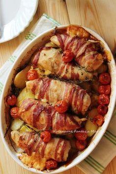 Mięso piersi kurczaka z serem i boczkiem, zapieczone z ziemniakami, to danie idealne na szybki obiad. Możemy je przygotować dzień wcześniej...