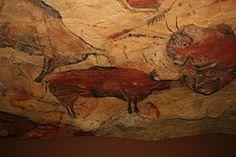 Altamira (grot) in Spanje. Honderdvijftig tekeningen waarvan de ouderdom wordt geschat op 15000 jaar, zijn te vinden na vijftien minuten wandelen. Er werden geen mensen afgebeeld, enkel bizons, herten, paarden en everzwijnen. De kleuren zijn zwart, oker en rood en de kunstenaars maakten dankbaar gebruik van de welvingen van de rotswand om hun schilderingen een extra dimensie te geven.