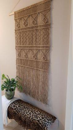 Gives atmosphere and warmth at home. Sisal, Handmade Wall Hanging, Wall Ornaments, Asian Decor, New Living Room, Beautiful Wall, Crafts To Do, Models, Natural Materials