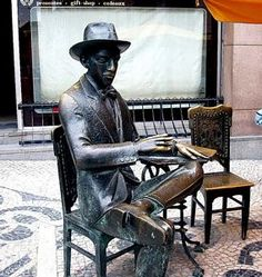 Estatua de Fernando Pessoa en el Café A Brasileira