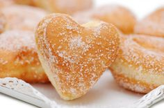 Pâte à beignets au Thermomix Köstliche Desserts, Delicious Desserts, Dessert Recipes, Yummy Food, Raised Donuts, Dessert Thermomix, Churros, Healthy Baking, Yummy Treats