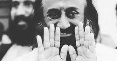 """Šrí Šrí Rávi Šankar – indický guru a verejne známa osoba, zakladateľ medzinárodnej organizácie """"Umenie života"""". V roku 2004 a 2006 bol nominovaný Nobelovým výborom na Nobelovú cenu za mier a v roku 2009 sa podľa časopisu Forbes India dostal na zoznam 5 najvplyvnejších ľudí v Indii. Ideologický inšpi Halloween Face Makeup, India, Mindfulness, Wisdom, Facebook, Lifestyle, Optimism, Psychology, Goa India"""