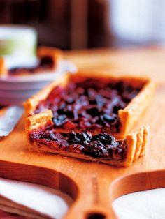 パート・プリゼに赤ワインを注いで焼く。オーブンの中で水分が蒸発してジャム状になる不思議なタルト。|『ELLE a table』はおしゃれで簡単なレシピが満載!