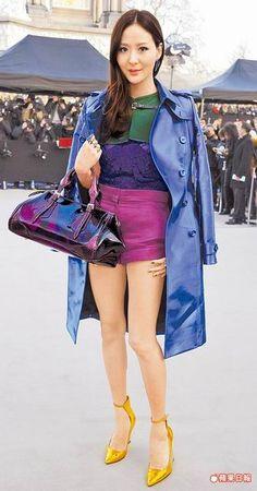 孫芸芸不畏倫敦低溫,以輕薄布料的春夏絲緞熱褲到場看秀,敬業又搶鏡。