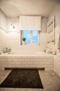 białe kafle w łazience