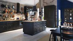 Uma cozinha rústica. Mas em preto… fica bem moderna, não acham?